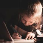 Des essais d'écritures aux premières productions autonomes d'écrit